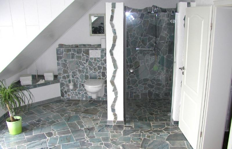 Granit als Bodenfliesen und Wandfliesen für das Badezimmer ...